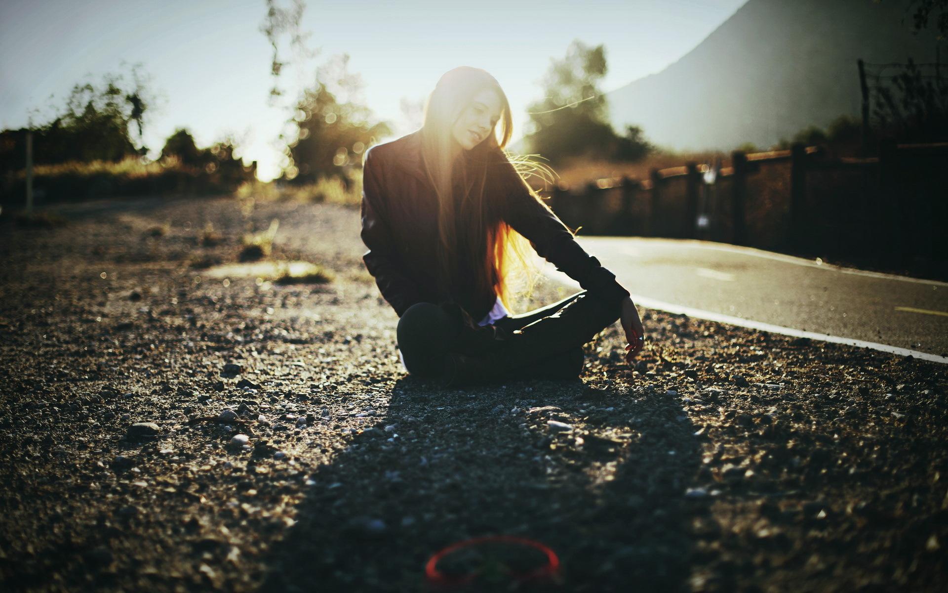 мечтающая девушка на дороге