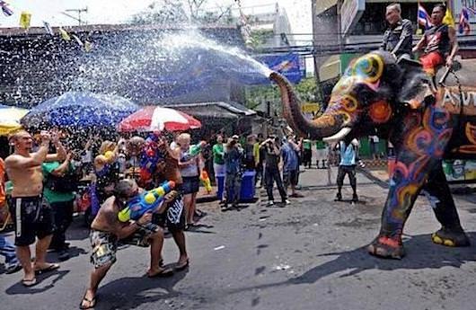 Веселый праздник в Тайланде Songran - все обливают друг друга ледяной водой.