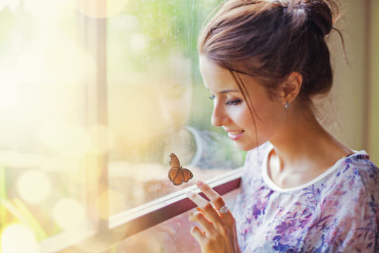девушка перед окном