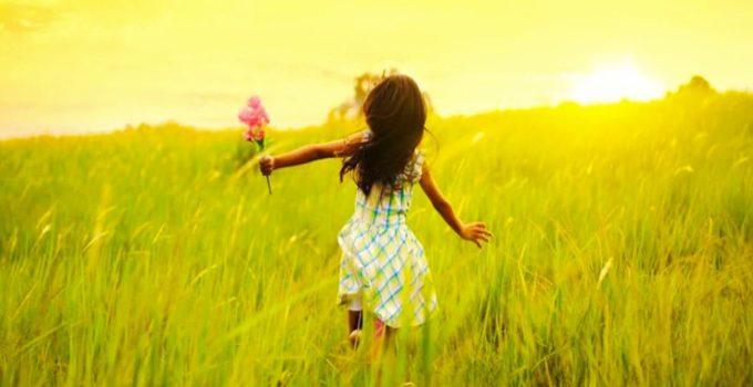 девочка радуется восходу
